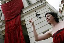 Pražské Quadriennale a Julie Laffin