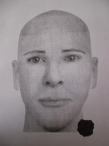 Policisté zveřejnili kreslený portrét podezřelého. Jedná se otřicátníka sportovní postavy.