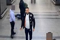 Policie hledá násilníky, kteří zbili muže v metru.