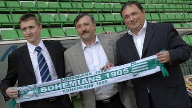 Martin Frelich, Antonín Panenka a Dariusz Jakubowicz drží vlající prapor Bohemians 1905 v lize.