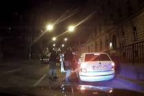 Řidič je podezřelý ze dvou trestných činů. Za ohrožení pod vlivem návykové pátky a maření výkonu úředního rozhodnutí