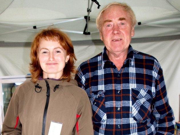 Sýrařka Hana Jandalová se svým otcem, kteří pracují pro farmu Homolka.