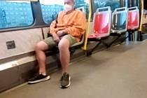 Muž onanoval v tramvaji před nezletilou dívkou.