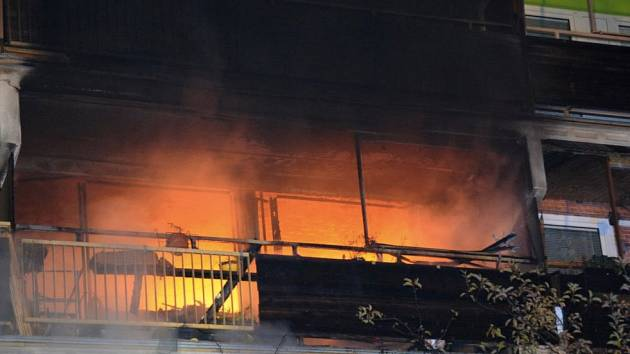 Při požáru bytu v domě s pečovatelskou službou na Černém Mostě v Praze zemřela vozíčkářka..
