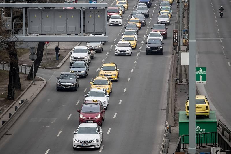 Protestní jízda taxikářů centrem Prahy 8. února.