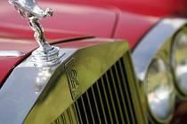 """Od roku 1911 nesou všechny modely automobilky na víku chladiče legendární symbol, sošku """"Spirit of Ecstasy""""."""
