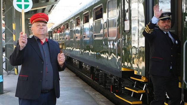 Jízdou zrekonstruované vlakové soupravy z přelomu 70. a 80. let minulého století z Prahy do Lovosic oslavil v sobotu 6. června Klub železničních cestovatelů 30 let existence