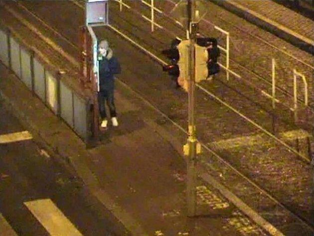 Mladík podezřelý z loupežného přepadení dívky v Praze 3.