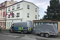 Policisté včetně pyrotechnika a hasiči z chemické jednotky zasahovali na úřadě městské části Praha-Řeporyje, kde dělá starostu Pavel Novotný (ODS).