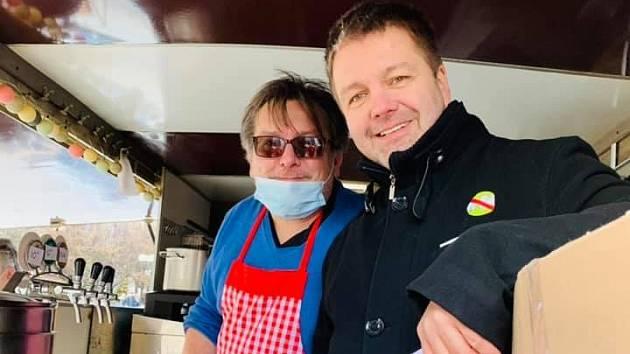 Iniciátoři výzvy Chcípl pes Jiří Janeček a Jakub Olbert rozdávali v Praze rybí polévku.