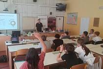 Přednášku pro žáky ZŠ U Školské zahrady vedl energetický odborník Petr Vácha.