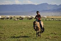 Současné Mongolsko: jurty, ale i moderní stavby dopravní zácpy. Ale také stále ještě jezdci na koních…