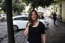 Moravská rodačka už od osmnácti let žije v Praze. Absolventka Literární akademie Josefa Škvoreckého vyhrála před osmi lety cenu Máchova růže, díky které vydala svou prvotinu Čtyři stěny. Autorka, které bude za chvíli vycházet pátá kniha, vydává i lokální