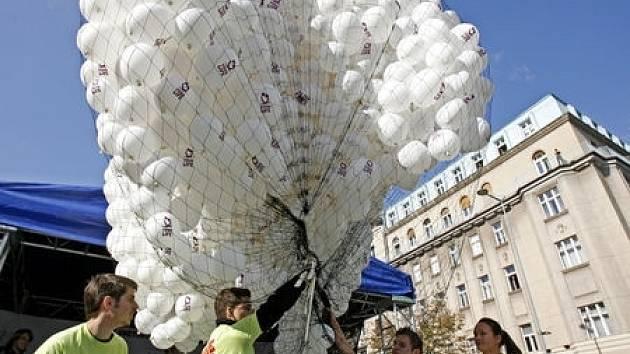 Celkem 2008 balónků napuštěných héliem bylo vypuštěno 26. září na pražském Václavském náměstí v rámci celosvětového dne antikoncepce.