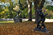 V zahradě Šternberského paláce se ukrývá několik soch i romantické jezírko