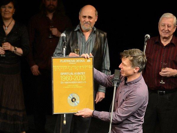 Křest Jubilejního kompletu Spirituál kvintet 55 let a předání platinové desky za prodej 4CD Spirituál kvintet - 100 nejkrásnějších písní (+1) se uskutečnily v pátek 3. dubna 2015 v Divadle Bez zábradlí v Praze.
