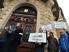 Shromáždění občanů nespokojených s plánovanou stavbou na Parukářce a s ohrožením dalšího fungování kempu na Pražačce se konalo v úterý 16. února 2016 před žižkovskou radnicí.