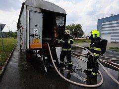 Zásah hasičů při požáru maringotky.