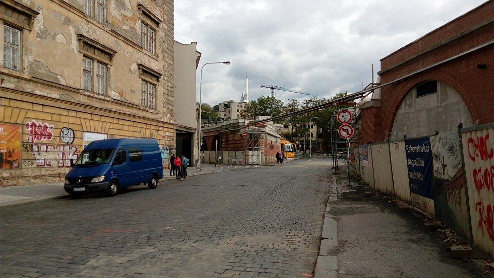 Uzavřená část ulice Prvního pluku mezi Křižíkovou a vjezdem do ÚAN Florenc.