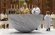 Biskup Zdenek Wasserbauer posvětil nový oltář v kostele Nejsvětějšího Srdce Páně.