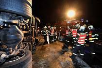 Večerní nehoda kamionu na Černém Mostě v Praze.
