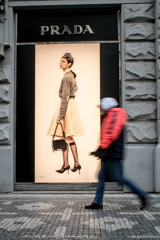 Nakupování v Pařížské ulici.