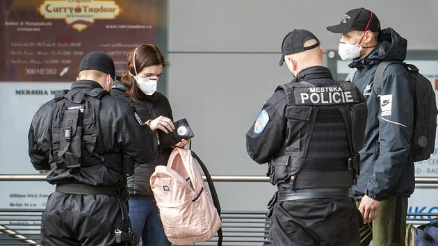 Kontrola cestujících v Praze - Policisté kontrolují cestující na autobusovém nádraží na Florenci v Praze na snímku z 22. března 2021.