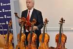 Z vernisáže výstavy houslí v pražské Galerii Vinohradská 12 s virtuózem Jaroslavem Svěceným.