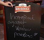 Kouření před restauracemi - Restaurace Na Cibulkách na Praze 3.
