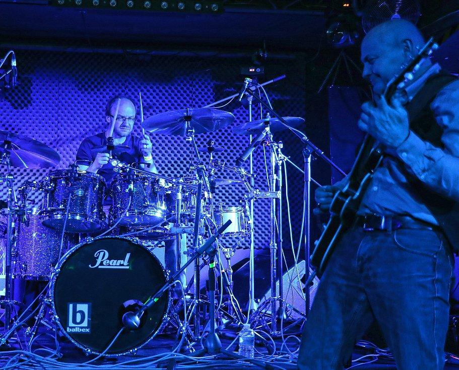Žižkovská noc 2019, noc první 21.března.  Storm Club a kapela Vltava s Robertem Nebřenským.