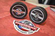 Oficiální puky na zahajovací zápasy severoamerické NHL Tampy Bay Lighting s New York Rangers jsou připraveny.