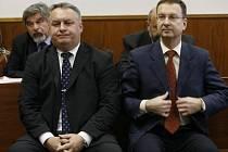 Hlavní líčení v případu Ivana Breznena (vlevo) a spol. ze zkrachovalé pražské cestovní kanceláře Travela, kteří čelí obvinění z rozsáhlého podvodu.