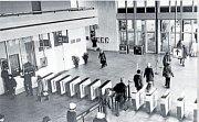 Vestibul metra Kačerov krátce po zahájení provozu. Vstup do metra byl povolen pouze po zaplacení drobné částky. Kdo nezaplatil, tomu se turnikety zavřely.