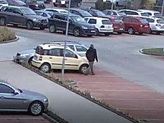 Muž se pokusil znásilnit studentku v autě.