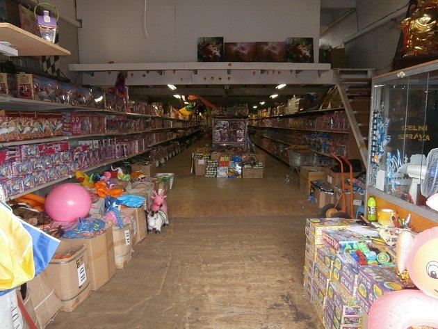 Pražští celníci zajistili padělky textilu a hraček pro děti.