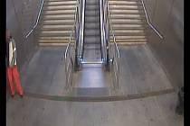 Muž se ukájel před kolemjdoucími v metru.