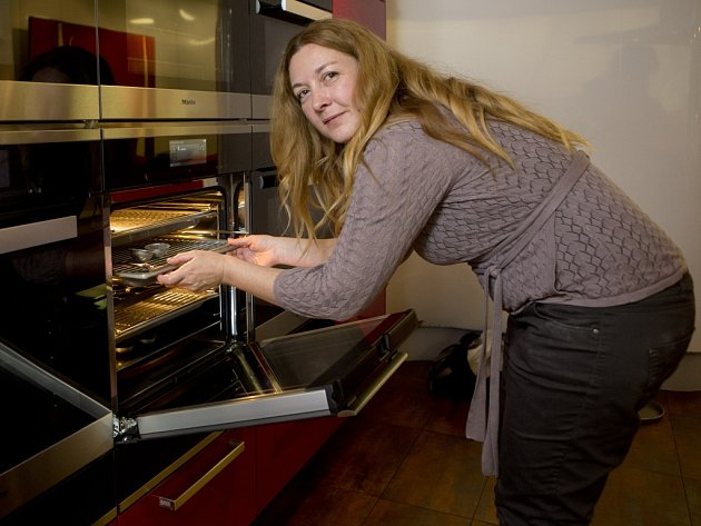 Denisa Bartošová při finále soutěže o nejlepší recept, který pořádaly regionální Deníky a jenže se uskutečnilo v kuchyňském studiu Miele v pražském Karlíně.