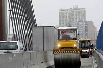 OPRAVY V PLNÉ PROUDU. Na poškozeném úseku jsou nové železobetonové římsy a na přilehlé vozovce se obnovuje izolace.