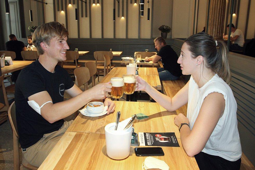 Dvojice si do restaurace zašla po práci z nedalekých kanceláří.