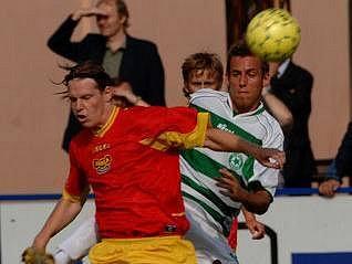 FAVORITÉ. O postup z přeboru by se měli v letošním ročníku poprat fotbalisté Dukly (vlevo) a Meteoru.