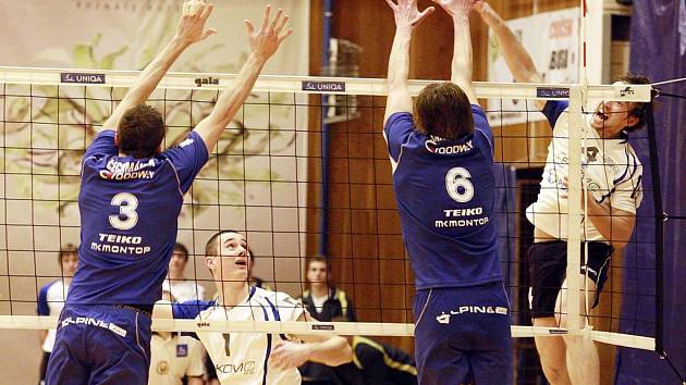 SMEČAŘ ČZU Praha Martin Böhm se proti Zlínu nedokázal prosadit, domácí tak prohráli 1:3.
