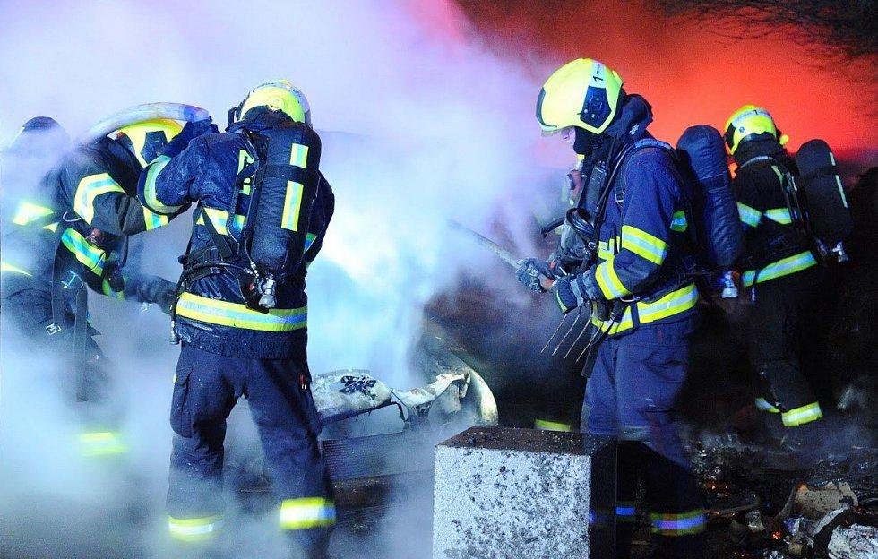Při požáru kontejnerů v Praze 10 byly poškozeny tři automobily.
