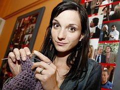 Herečka Michaela Maurerová při pletení.