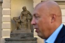Starosta Prahy 1 Oldřich Lomecký před kašnou s alegorickou sochou Vltavy, zvanou Terezka, na Mariánském náměstí.
