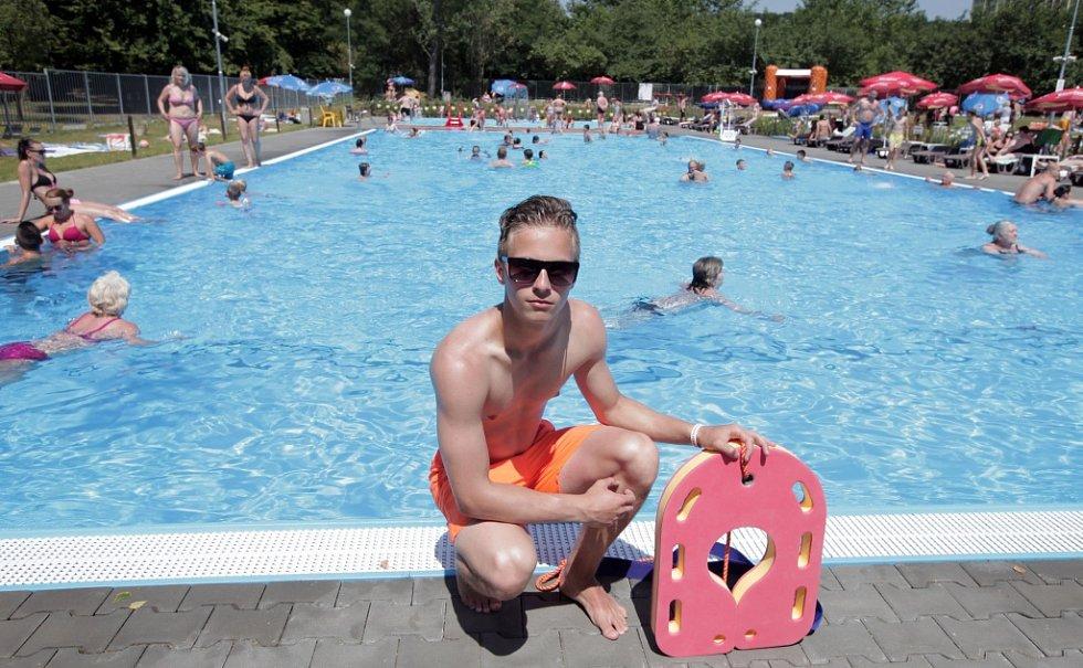 Koupání v tropickém počasí v Praze. Návštěva koupaliště Ládví,které bylo po letech chátrání znovu otevřeno 22.července 2014 a vznikl zde velký bazén s dostatečnou hloubkou a brouzdaliště.