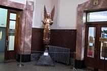 Dvoumetrová socha archanděla Gabriela na radnici na Mariánském náměstí v Praze.