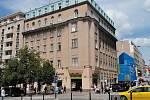 Novorenesanční dům na odstřel na rohu Opletalovy ulice a Václavského náměstí v Praze památkovým objektem z moci úřední není, avšak důvodem různých sporů je pořád. Jeden z nich se bude dokonce projednávat u soudu.
