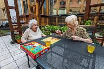 Přátelství kvete v každém věku. Nejen v cukrárně nad kávou, ale třeba také při Člověče nezlob se.