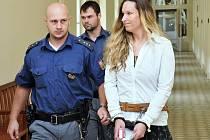 Z trýznivé vraždy své známé šperkařky se zpovídá před Městským soudem v Praze 33letá Martina Moláčková.