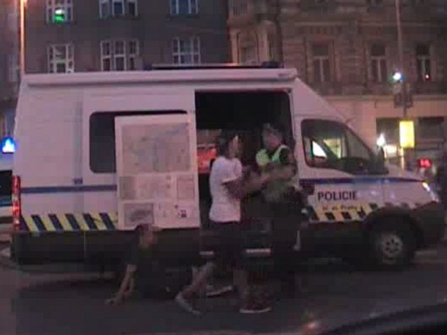 Mladík zaútočil slinami na tramvaj, pak pěstí na strážníka.